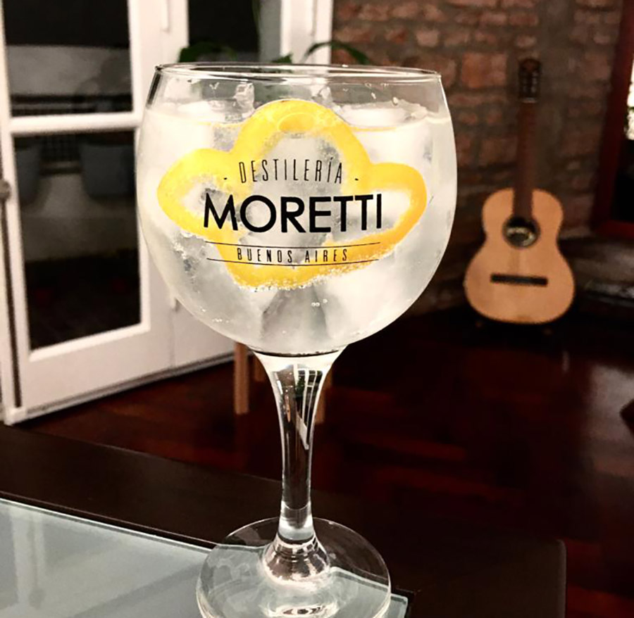 Gin tonic moretti morron amarillo